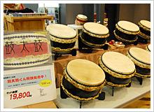 バチや足袋、そして和太鼓も販売している!!