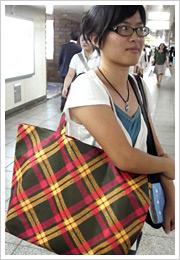 紙袋のチェックが斜めになったショッピングバッグは「イセタンガール」専用なんですって