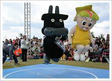 左が初代チャンピオンの「とりモー」。右は岡山を代表するヒーロー・桃太郎をアレンジした「ももっち」