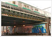 1998年4月に駅舎側に設置され、キズひとつないまま2005年7月にバリアフリー化への改修工事のためやむなく撤去されていた壁画が復活
