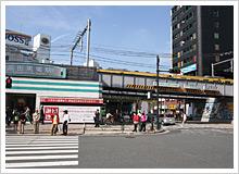 西武鉄道側の壁画は「歴史と未来〜過去から現在そして未来へ」がテーマ。地場産業である東京染小紋のデザインで枠が作られている