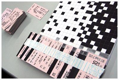 「白」マスには切符の表面(ピンク)を、「黒」マスには裏面(黒)を上にして貼ることでモザイク画を作る