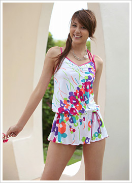 ブラウンジグされたカバーアップは下にデニムを合わせたら、洋服感覚で着ることができる水着。水彩調のプリントもカラフルなカラーがポイント。17,850円(インレット/三愛)