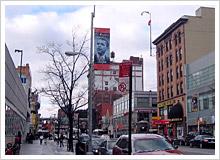 黒人指導者達の写真が掲げられているハーレム125丁目には、もちろんオバマの顔も