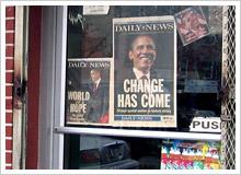 雑貨屋のドアには選挙で勝利した時の新聞が貼られていた