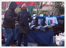 ユニオンスクエアのルネさんの露店:Tシャツが観光客に大人気。今やニューヨークみやげは、『I LOVE NY』TシャツじゃなくオバマTシャツ?