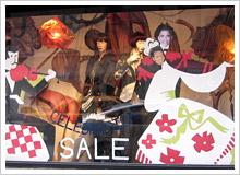 ダウンタウンの店のショーウインドーには、ドレスとタキシードにオバマとミシェルの顔写真を貼り付けてダンスする姿が