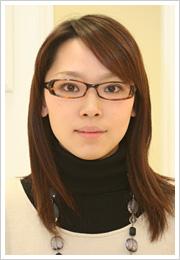 髪の色にあったブラウン系。フレームの形も角ばっていないのでソフトな印象を与える。顔の形ともフィットしている。眼鏡/10,500円(Opt LABELオリジナル)