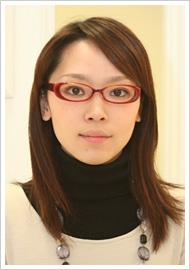 黒縁と比較すると、肌が明るく見える。いつもと違った自分を演出したい時には効果的かも。眼鏡/7,875円(Opt LABELオリジナル)