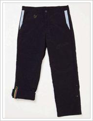 """『OT ROLL-UP PANTS』。両裾をロールアップしてとめられるパンツは、自転車に乗る際の機能性を考慮したデザイン。""""チャンピオンストライプ""""と呼ばれる5色のテープがアクセントに。"""