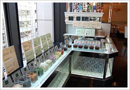 これがこの店の特徴でもある『たれカウンター』30種類以上の薬味やオイルは壮観だ