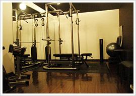 トレーニングルームには筋トレに必要な機器のほかメジャーや体重・体脂肪計も揃っている