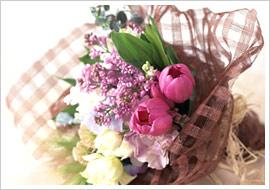 H隊員が「あのひと」から買うのは花束。「丁寧な対応を見ると、気持ちよく購入することができます」(H隊員)